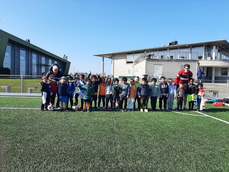 Spelenderwijs en met plezier leren voetballen